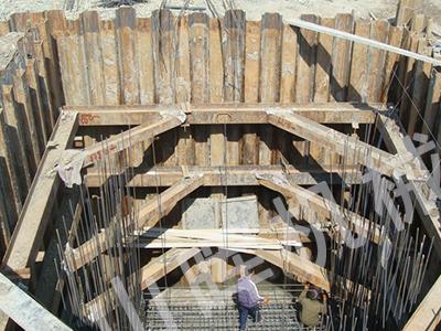 开始打设的一,二块钢板桩的位置和方向应确保精确,以便起到导向样板